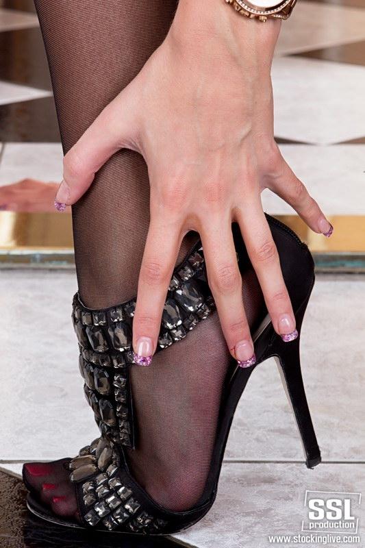 Возбуждающие длинные ножки в чулках голой блондинки
