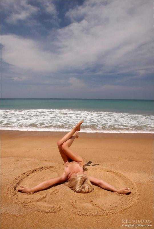 Красивая девушка Аня веселится в телых волнах