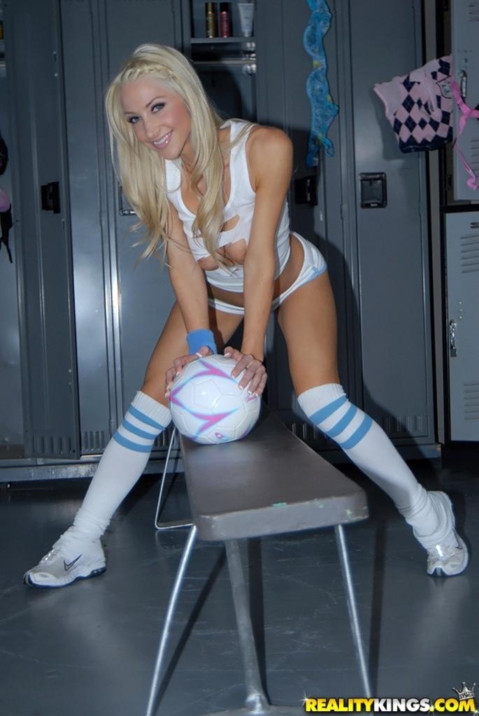 Маленько фитнеса для обнаженной модели Molly Cavalli порно фото
