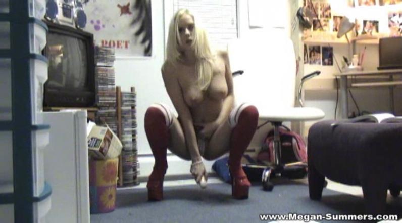 Длинноногая студентка на каблуках