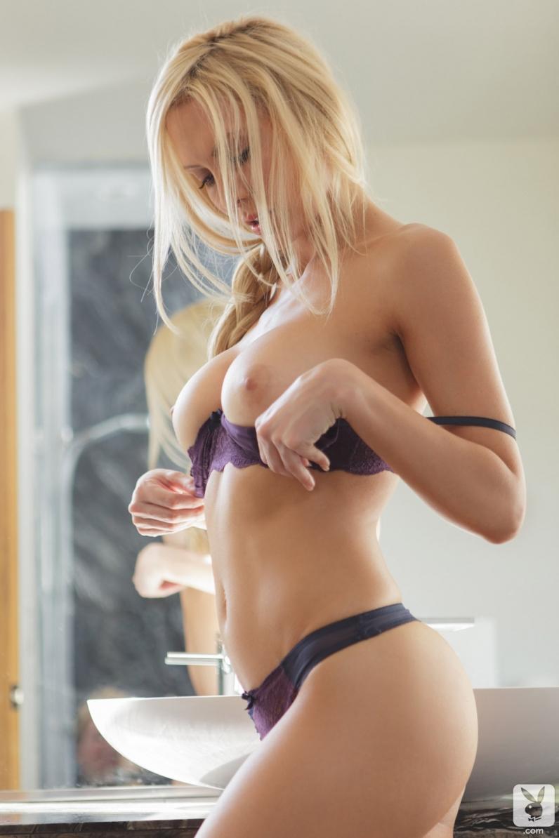 Сисястая блондинка в шикарных трусиках