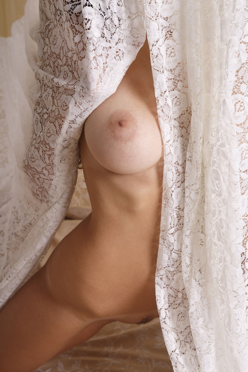 Обаятельная блондинка в ажурном белье