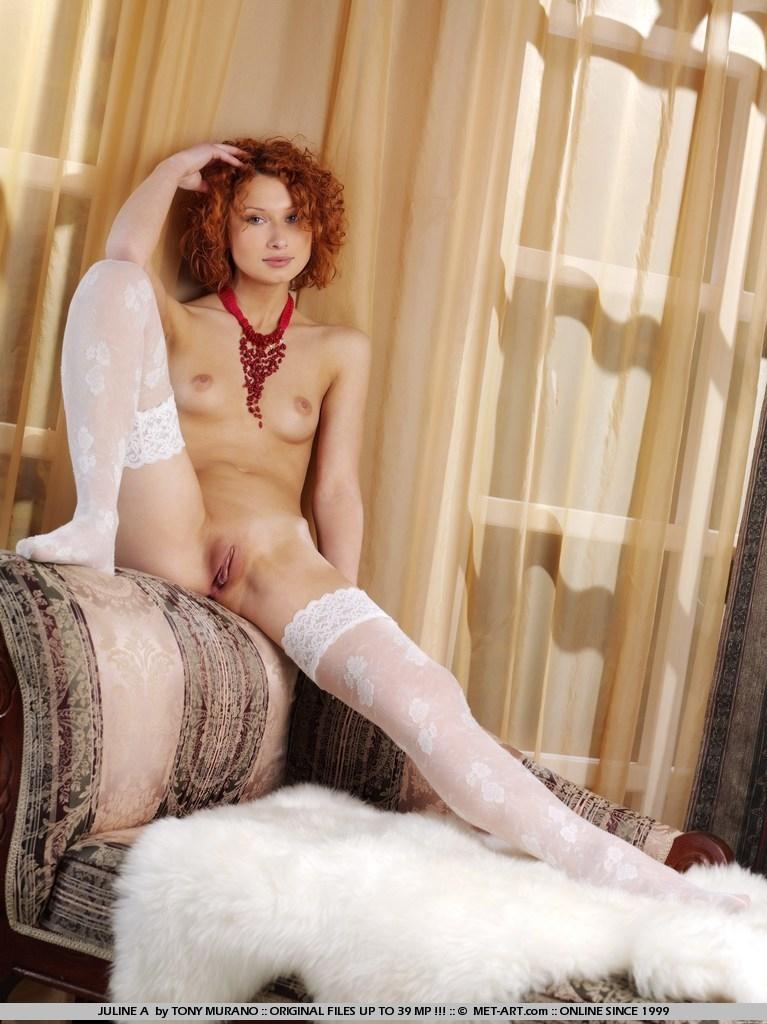 Рыжеволосая телка с раздетой писей крупно порно картинки
