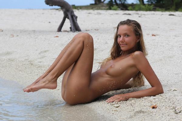 Солнечная нагая барышня на песчаном песке секс фото