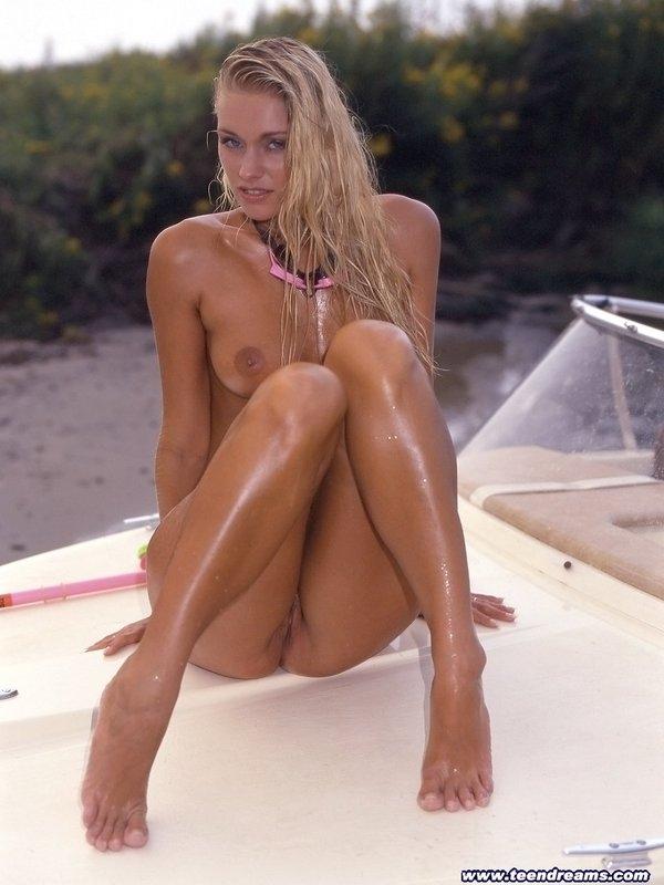 Голая блондинка в масле порно фото