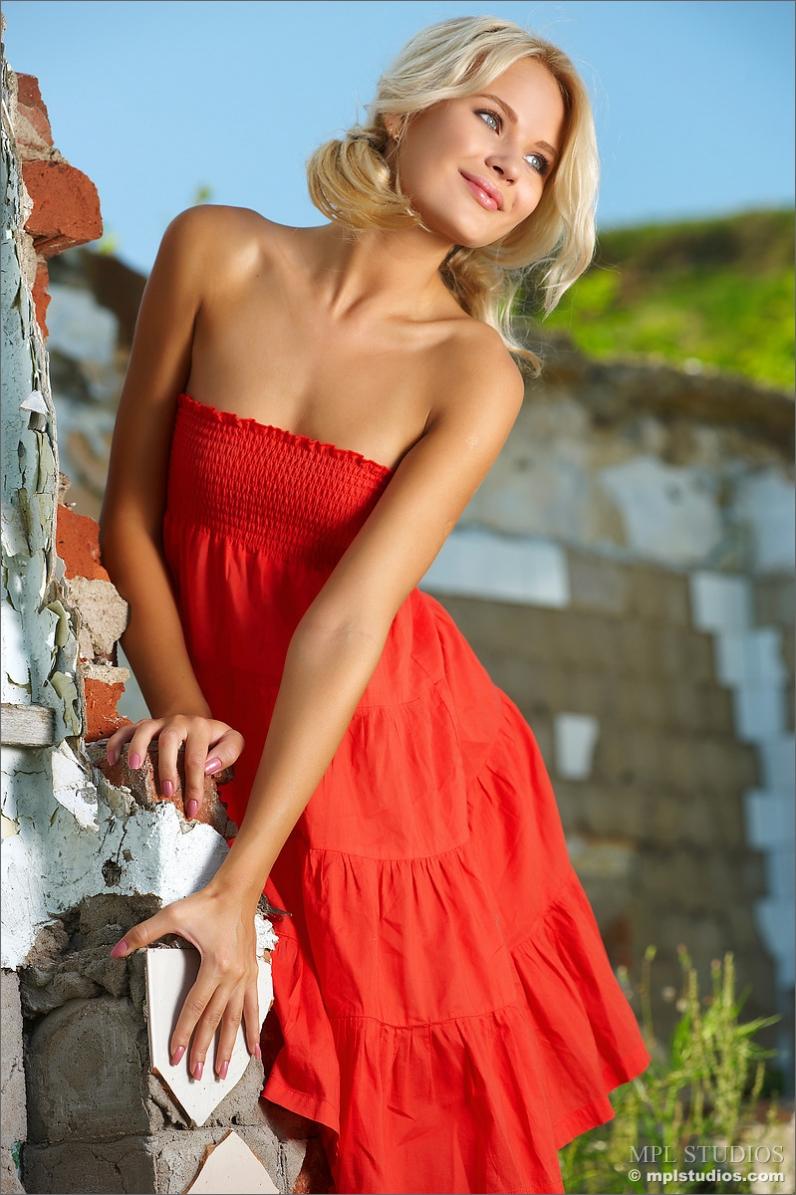 Секс блондинка в красном 13 фотография