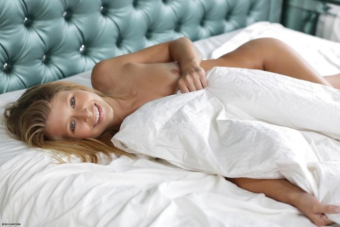 Стройная голая блондинка в постели порно картинки