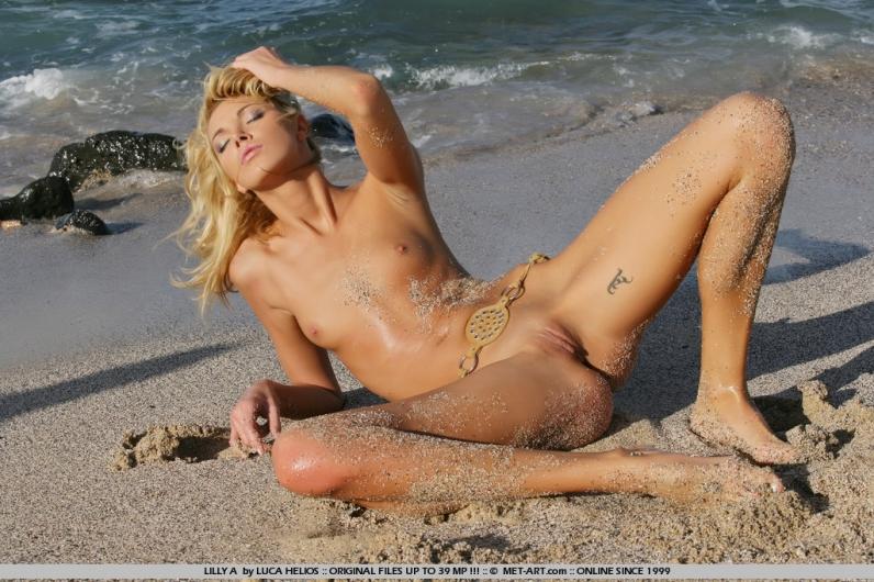 Песок на голой попке пляжной красотки Лили порно картинки