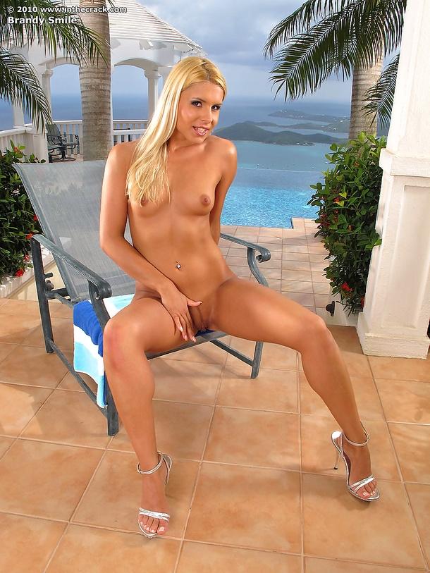 Brandy Smile горячая блондинка с красивым телом