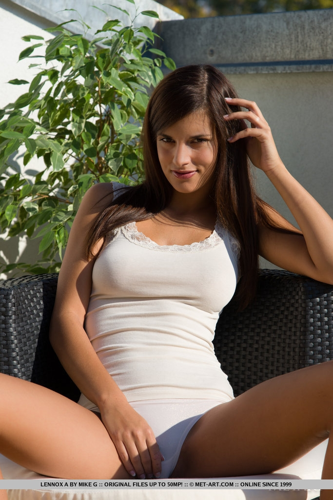 Голая шатенка Лена на крыше порно картинки