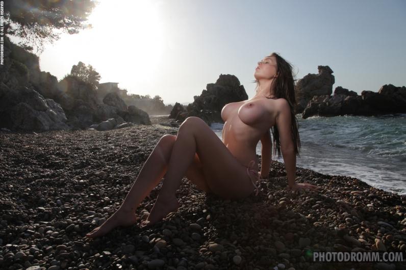 Озорные сиськи Карины на берегу моря