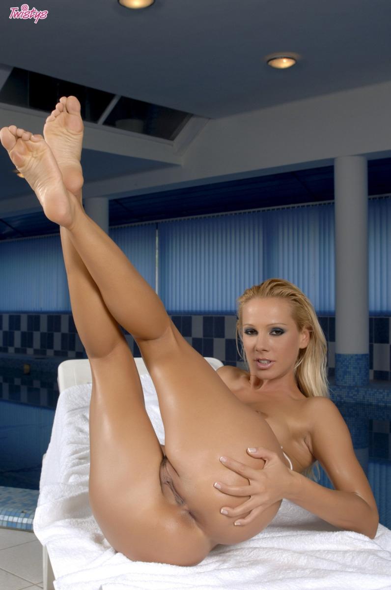 Шикарное голые дойки сексуальной Sandy в масле фото порно