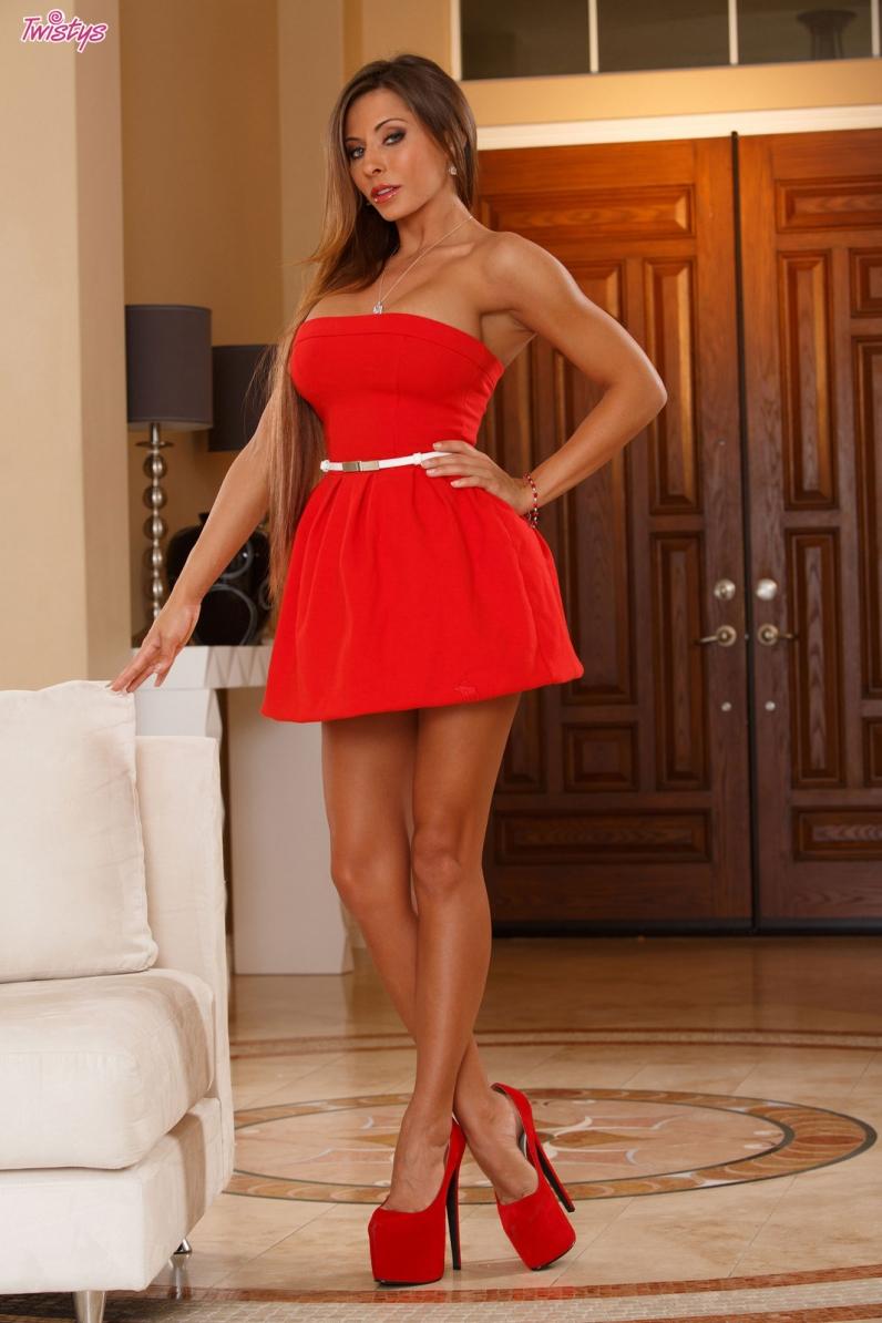 Madison Ivy снимает красное платье смотреть эротику