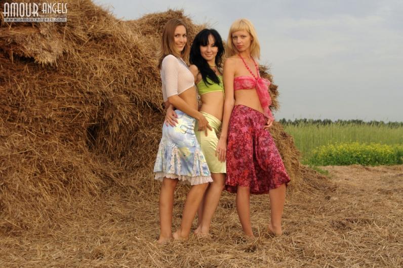 Три девчонки разделись на сеновале