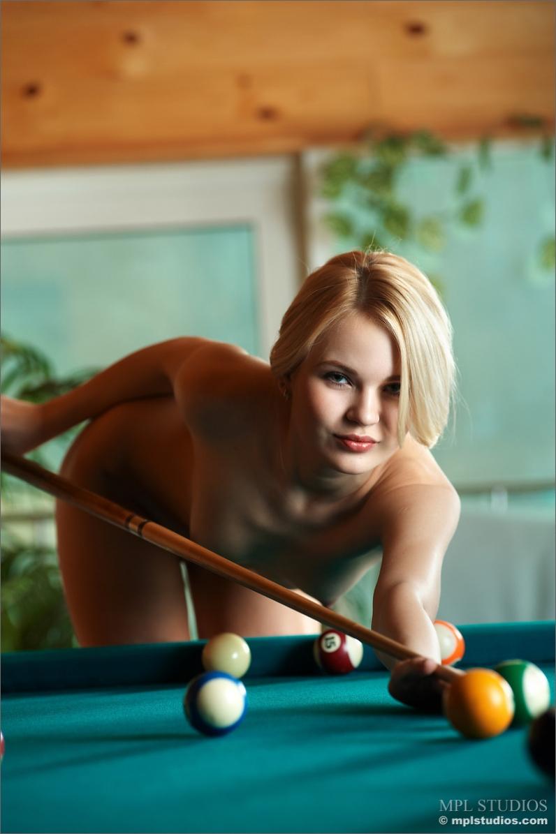 Студенточка Танюшка развлекается на бильярде смотреть эротику
