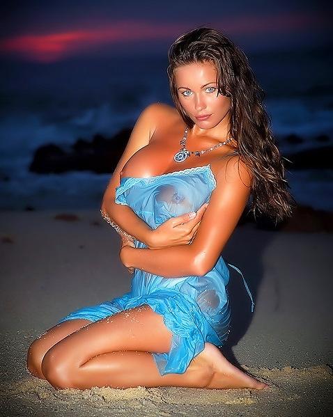 Kyla Cole грудастая изображениях фрау на диком пляже