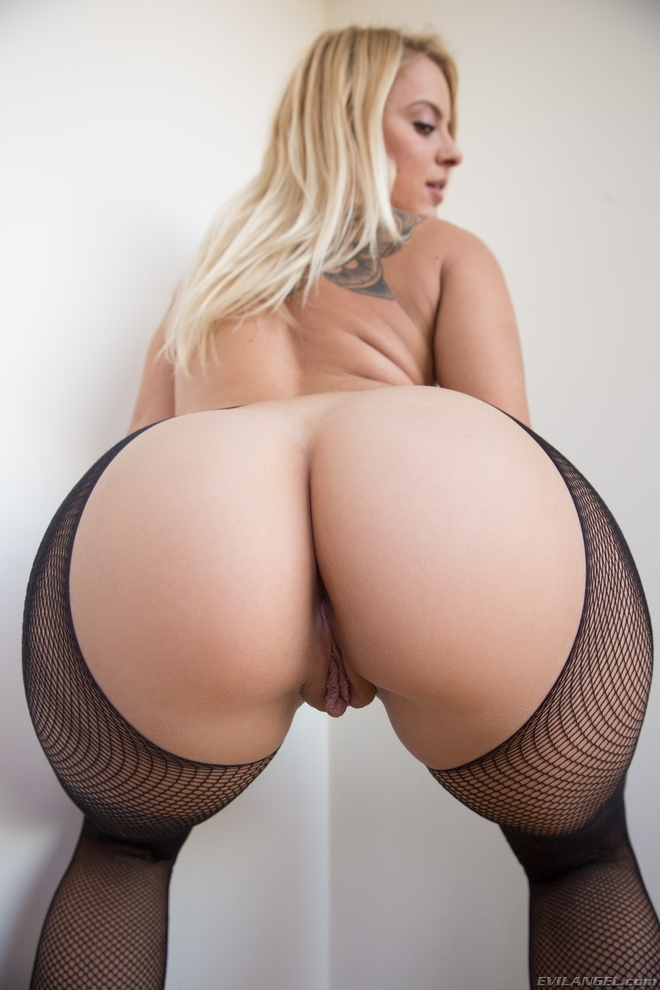 Эро фото блондинки с пышными формами в чулках стоит раком