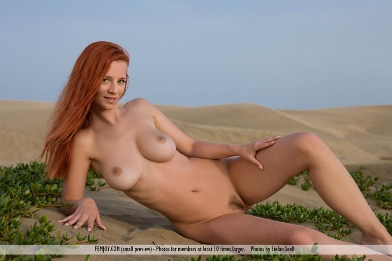 Рыженькая Ариэль с длинными ногами на природе
