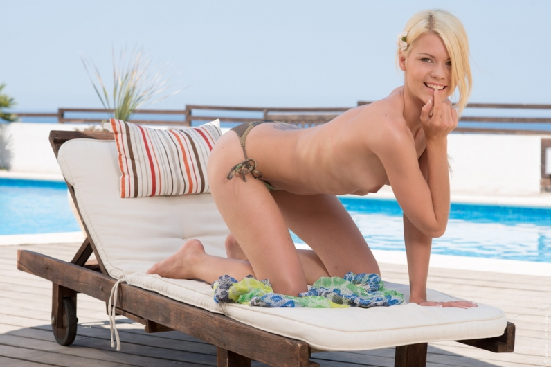 Наташа снимает бикини оголяя сисечки