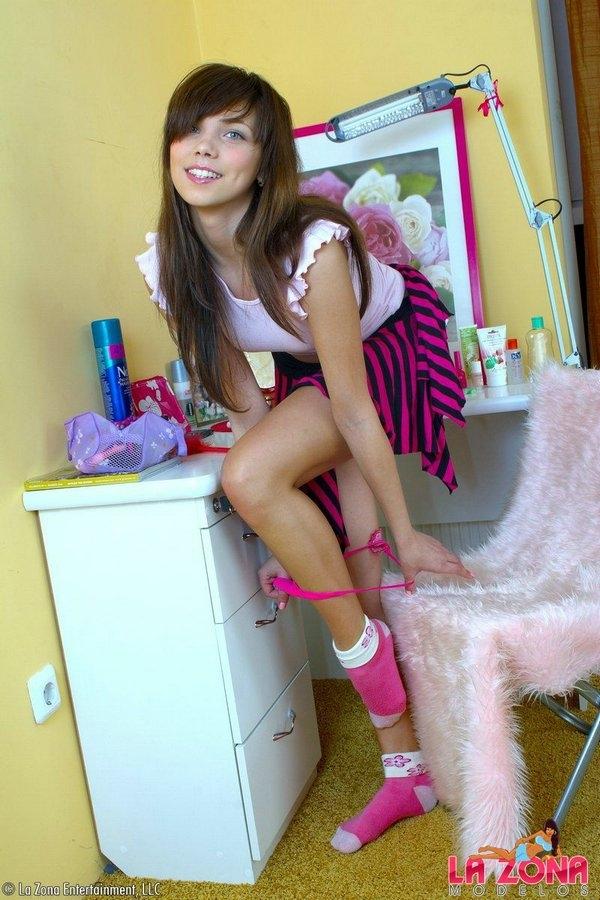 Студентка спускает розовые трусы с побритой киски