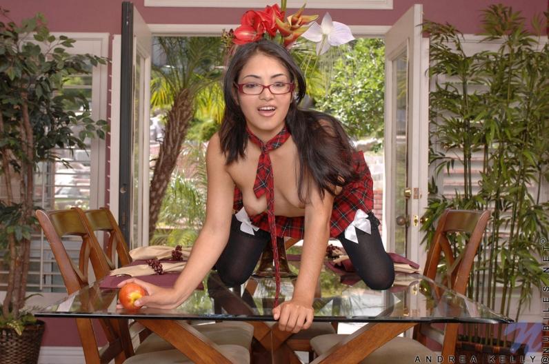 Азиатка с косичками задирает юбке смотреть эротику