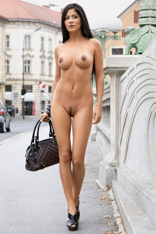 брюнетки эротика на улице