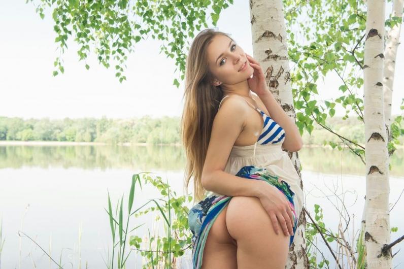 Студентка оголяет жопку на природе