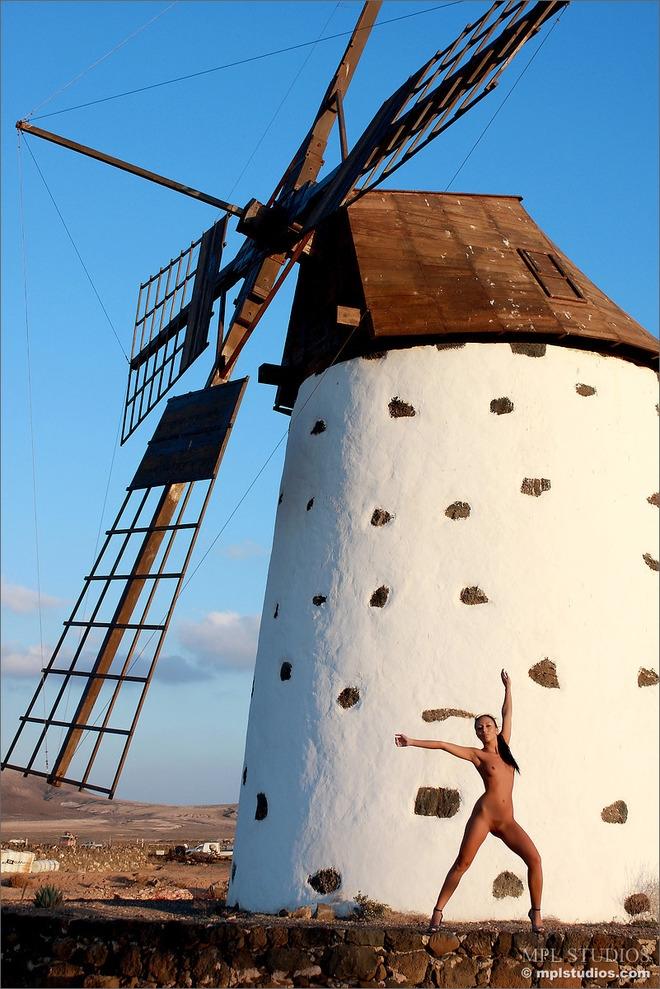 Попа под юбкой у ветряной мельницы