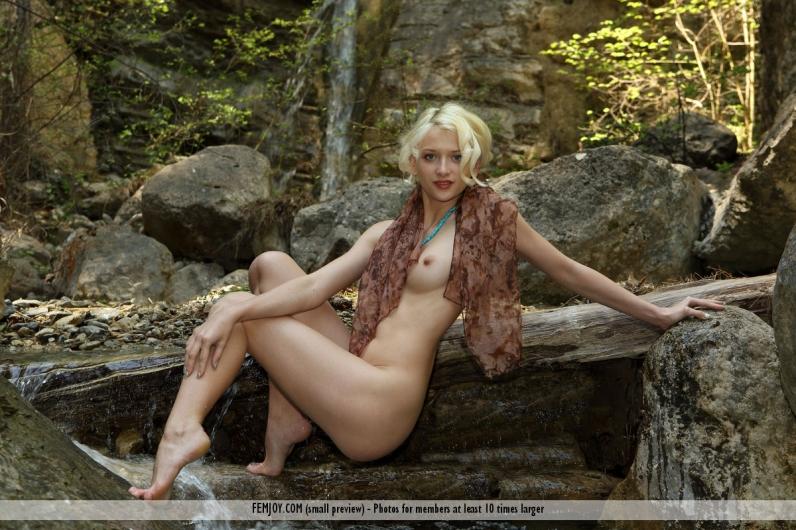 Кудрявая блондиночка без трусиков под водопадом ххх фото