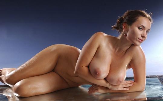 Голая девушка Катюшка с мокрыми большими сиськами порно картинки