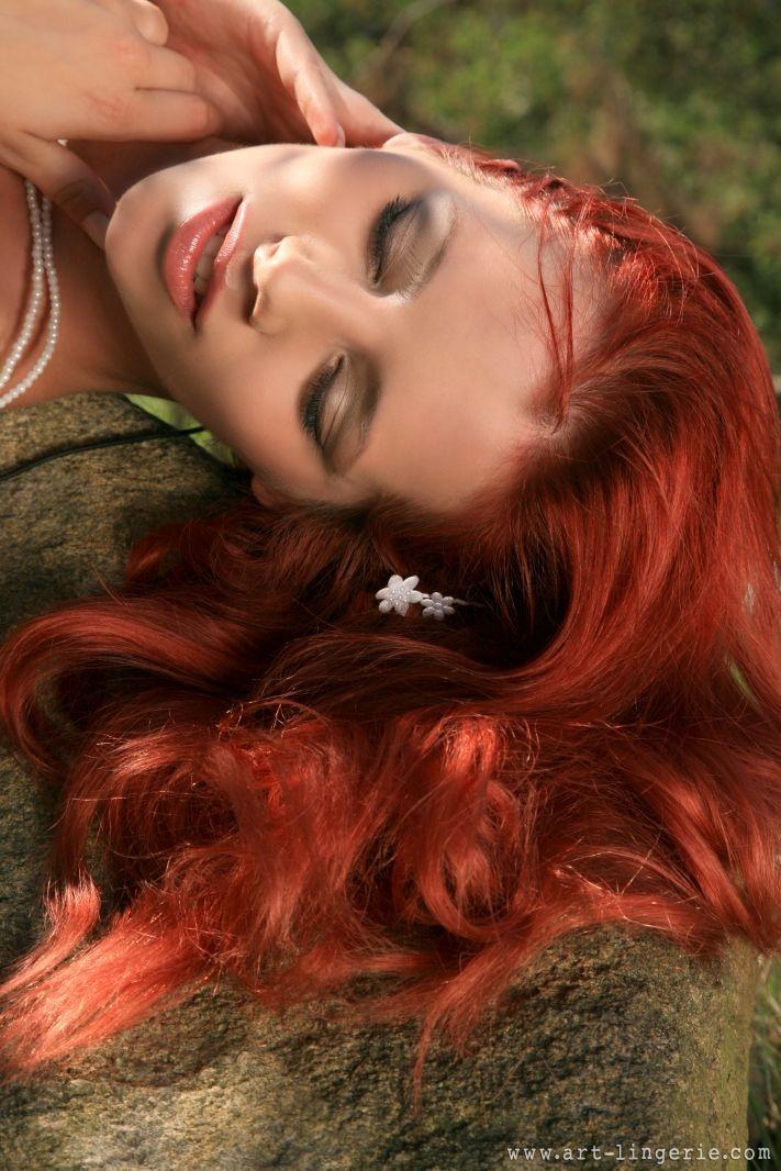 Ariel с огромной попой в нижнем белье и гольфах в укромном месте