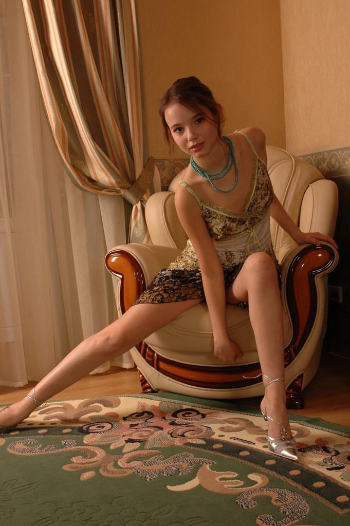 Девушка на кресле порно картинки