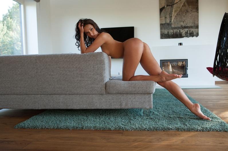 Нежные ноги обнаженной брюнетки секс картинки