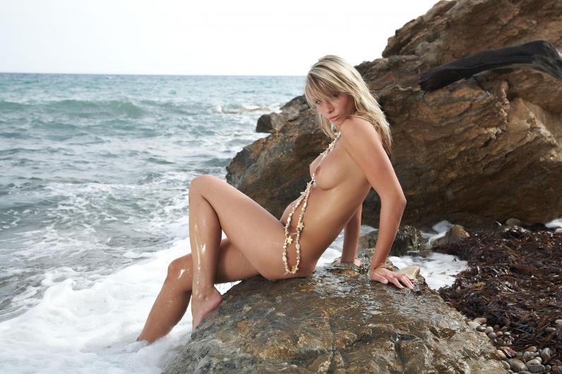 Сырая морская тёлка с гладкой писькой
