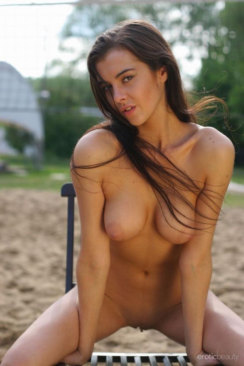 Оля скинула одежду на волейбольном поле порно архив секс фото