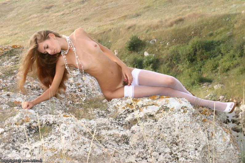 Обнаженная длинноволосая девушка в носках галерея порно секс фото
