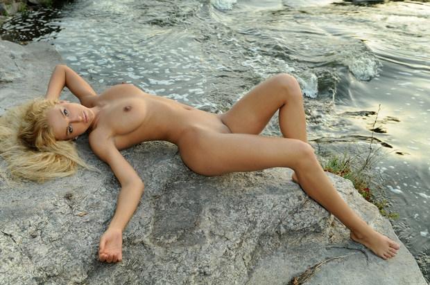 Застенчивая шлюха у горной реки