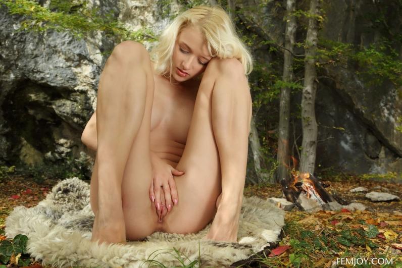 Высокая кучерявая светловолосая телка в осеннем лесу