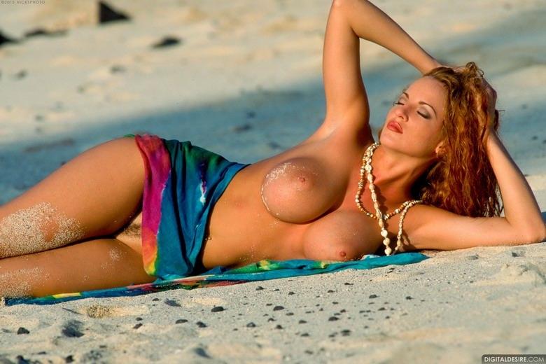 Пляжная рыженькая тёлка с соблазнтельными титьками и попкой