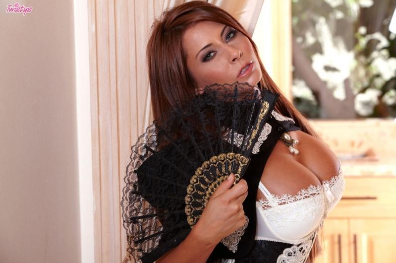 Обнаженная служанка Madison Ivy в чулках и фетиш-униформе