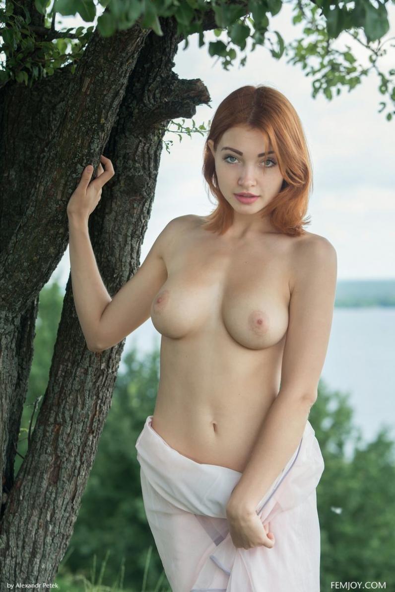 Рыжая девушка с зелеными глазами эротика