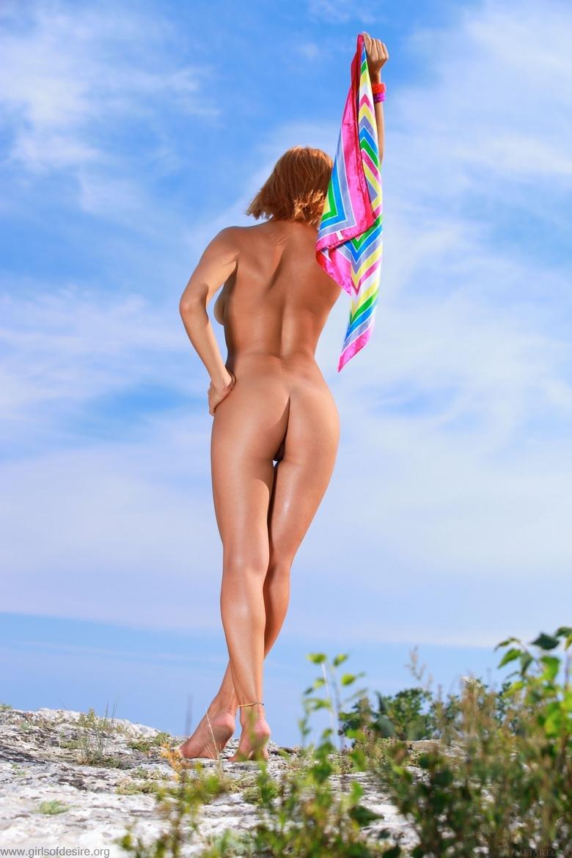 Солнечная модель с голой пилоткой в естественной среде порно изображения