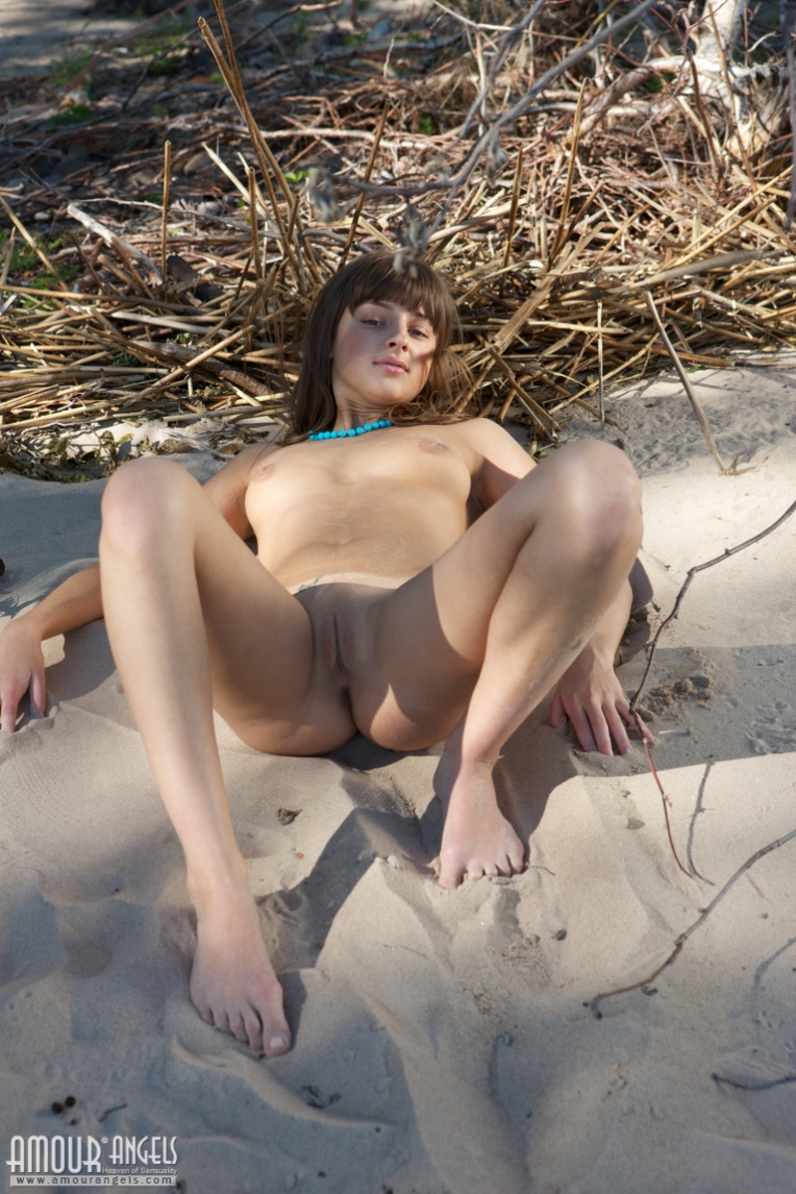Гибкая давалка на берегу моря секс фото