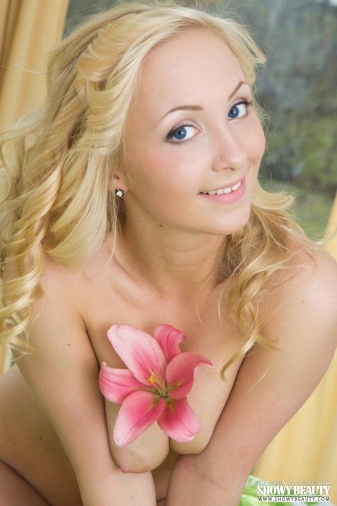 Кучерявая блондинка в возбуждающем светлом белье