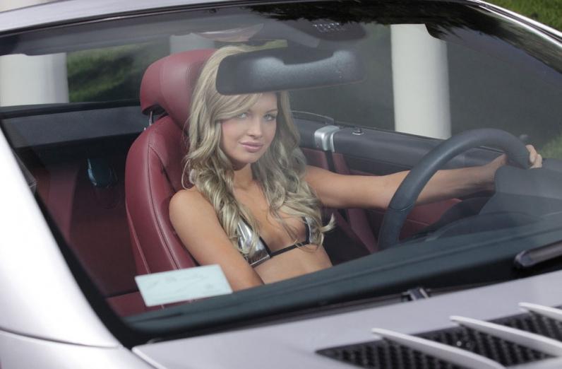 Классная голая девушка и машина порно картинки