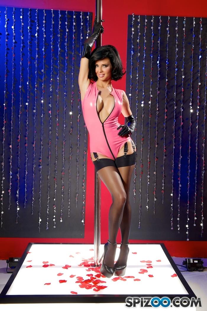 Нимфа в розовом латексе и гольфах на сексуальных ножках секс фото