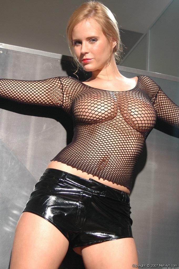 Черный латекс и сетка fishnets на достойных обнаженных грудях