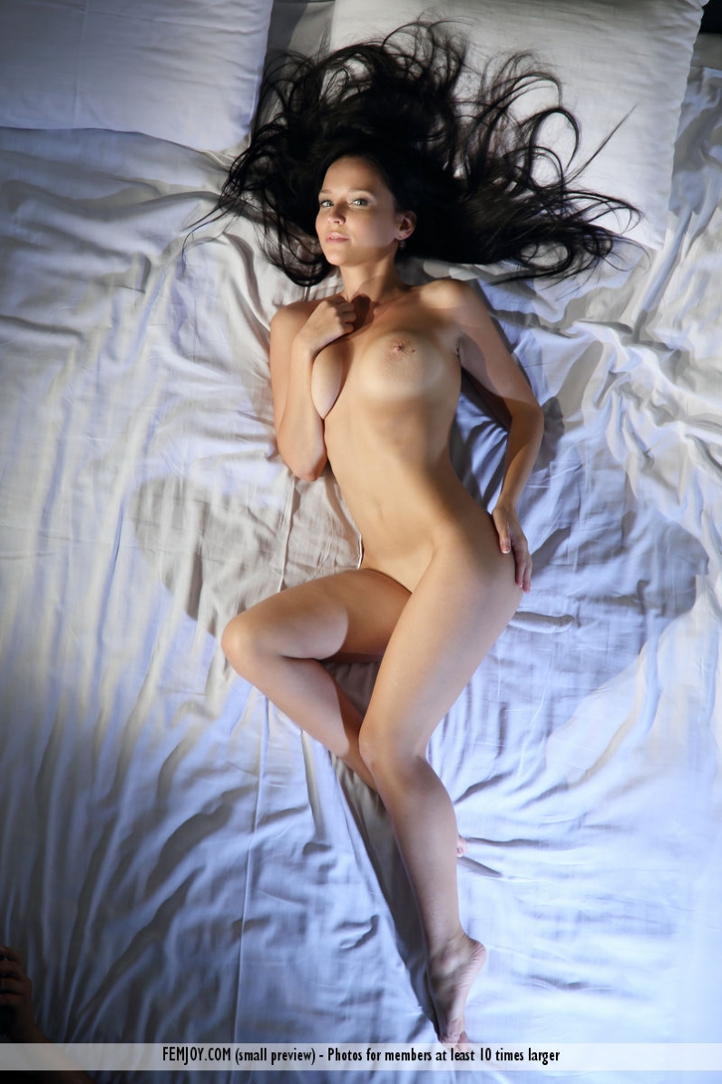 Белоснежная постель с обворожительной брюнеткой