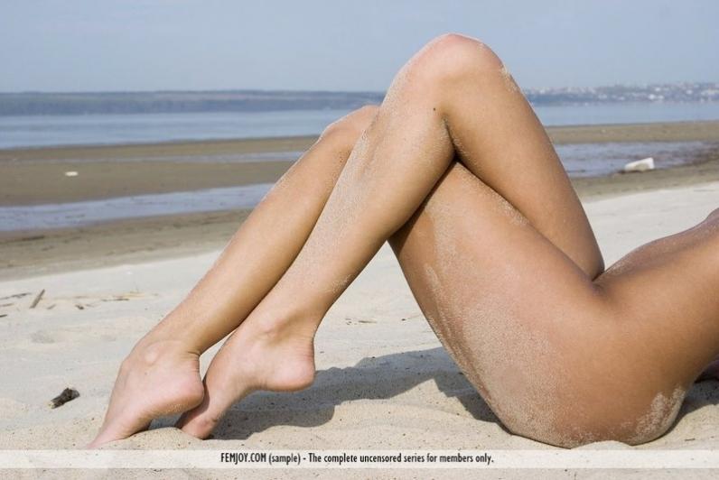Кучерявая замарала в песке роскошную письку и маленькую попку на берегу моря
