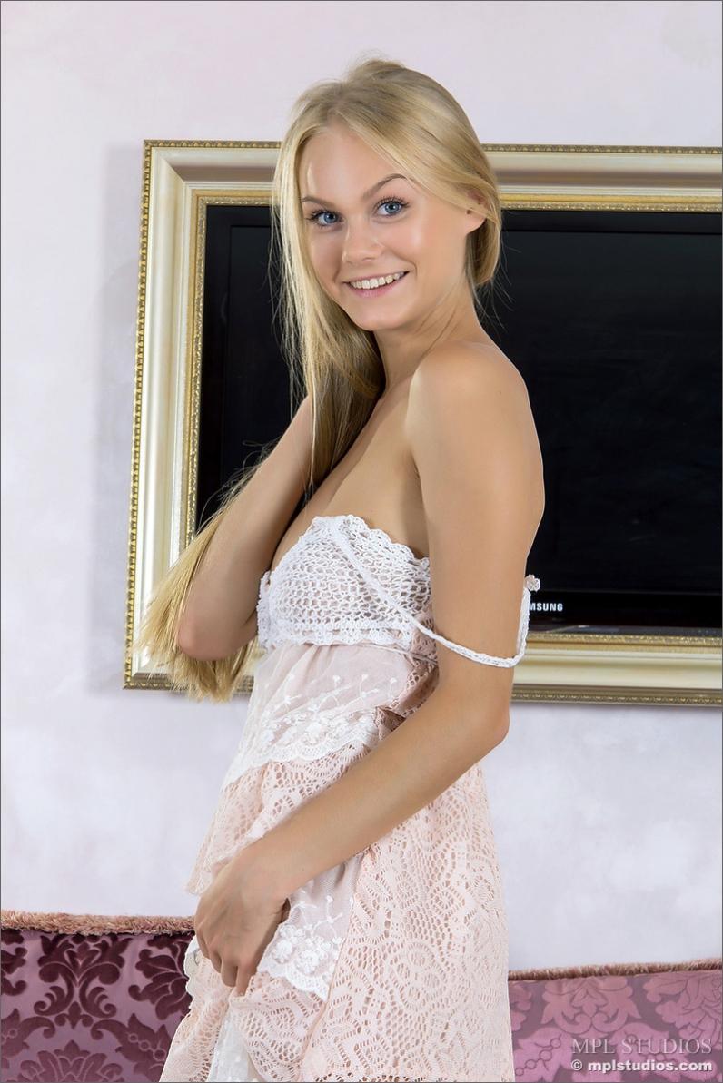 Хорошенькая попка веселой блонды раком